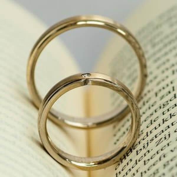 trouwringen met boek